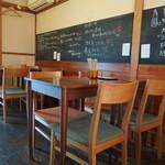 ウドンスタンド五頭 - 内観写真:2階のテーブル席