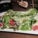 窯焼きビストロ 博多 NUKU NUKU - サラダは新鮮なトマトを使ったサラダ、チーズと絡んでワインにピッタリです。