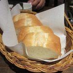 窯焼きビストロ 博多 NUKU NUKU - バケットは自家製のバターでいただきました。