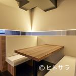 鮨 つむぎ - 「シンプル」をコンセプトにデザインされた、落ち着きのある空間