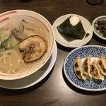 天砲ラーメン - 料理写真:ラーメン=500円 おにぎり・餃子セット=240円