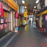 特製ラーメン 大中 - 近鉄桃山御陵前駅から道挟んで向かいのガード下にお店があります。