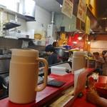 特製ラーメン 大中 - カウンターから厨房を見る。