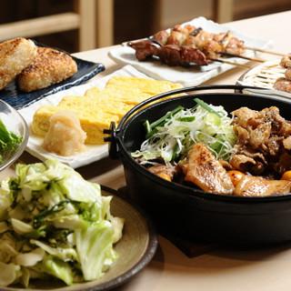 名物「鶏皮鍋」◎鶏油の旨みで他部位もさらに美味しく召し上がれ