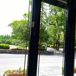 108700726 - カフェコーナーの窓際の席