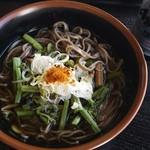 鳩待峠休憩所 - 料理写真:山菜蕎麦 缶ビは売店で売ってます。