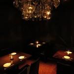 折衷Bar  シヅクトウヤ - シャンデリアきらめくテーブル席