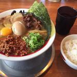 徳島ラーメン人生 - 生卵も入れ、ライスも頼みました。