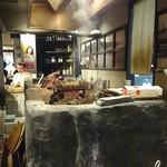 108733416 - あまり 物を焼いてない炭の焼き台