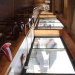 カフェ・ド・クレプスキュール - 店内のカウンター席