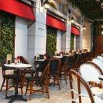 ラ・メール・プラール - パリの街角をイメージしたカフェも人気!