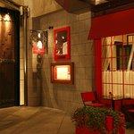 ラ・メール・プラール - レストラン入口は創業者プラールおばさんが目印!