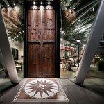 ラ・メール・プラール - 重厚な木の扉を開けるとカフェスペースが広がります!