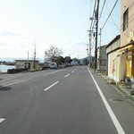 山ちゃん - 店の前は笠岡港