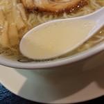108777000 - 「天然塩らーめん」のスープのアップ