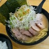 横浜ラーメン てっぺん家 - 料理写真:ラーメンにチャーシューと味付けねぎトッピング