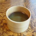元祖 むらさき - 曲げわっぱにはいったお茶