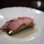 f - イノシシのモモ肉の茹でハム サシボ(イタドリ)のサブレ バター レモン 塩