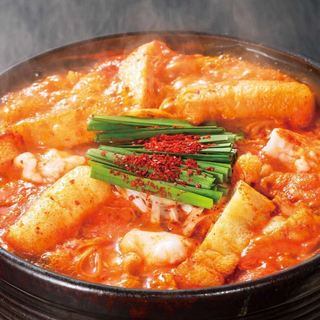 唐辛子と特製味噌を混ぜた秘伝のダシの旨味が絶品「赤から鍋」