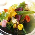 108794809 - 減圧調理で水を含ませたサラダに牛の風味を加えた温野菜