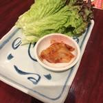 坂牛 - 料理写真:サービスのサンチュとキムチ