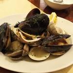 トラットリア ペコレッラ - 貝類の白ワイン蒸し
