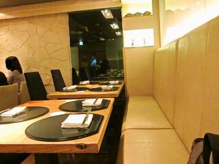 食彩 かどた - あまり広くない店内、カウンターとテーブルが4席