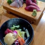 大衆酒蔵 日本海 - 刺身のハーフ盛り(ハマチと中トロ4切れ)・海鮮ぬた盛り合わせ