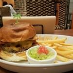 Island Burgers - 横から ベーコンエッグチーズバーガー