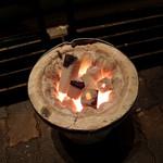 10881884 - 外には待ち合わせ用?のベンチがあり炭が焚いてあるので暖かい。