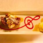 108812986 - ピーカンナッツパイ、バニラアイスクリーム添え