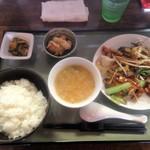 中華工房おかげさま - 本日の限定「豚とチキンと野菜のバジル炒め」