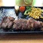 MoMo - カットステーキ  大外れ、、、脂身や筋ばかりで食べられる部位が無い涙