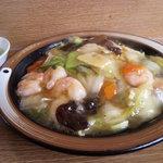 中華屋台 加匠 - エビあんかけ焼きそば ¥950 プリプリのエビと野菜を塩味のあんで包んでいます。