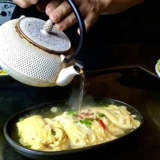 たっぷりの出汁をかけて食べる出汁巻き玉子