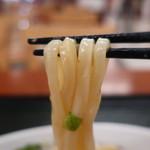 はなまるうどん - コクうまサラダうどん 小(生姜と玉葱ドレッシング)リフトアップ