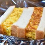 つきぢ松露 - NEW 青赤松露サンド@税込648円:色の濃ゆいほうが、一味入りマヨの玉子サンド。