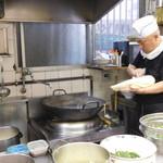 華隆餐館 - 刀削麺を削るご主人