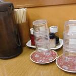 華隆餐館 - テーブルの設え