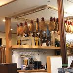 欧風食堂Kaede - 店に入ると生ハムの大群がお出迎え