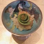 108855862 - 【先付】                       飯蒸し                                              餅米の中に出汁に絡めた焼き穴子、オカキを                       混ぜて和風リゾットに。                       桑名の蛤を揚げた物とコゴミを乗せて。                                              オカキの味が際立ってしまいます。