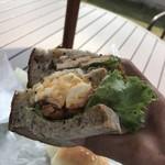 ひろや製パン所 - スモークチキンとタンドリーチキン 2種の鶏肉サンド=378円 税別