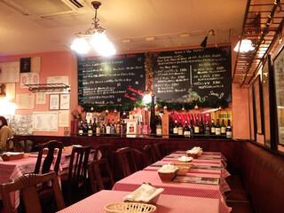 ビストロ ダ アンジュ - パリのビストロみたいにテーブルはぎちぎち。席に着くときにはテーブルを引いてくれます。