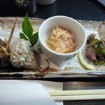 鰍嘉 - お通し 貝、魚卵の煮物、たこときゅうりの和え物
