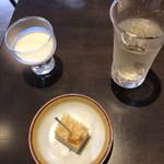 豆腐料理専門店 恋美豆腐 雲白 - 食前に豆乳と揚げを焼いたの。こういうサプライズがあるとテンションかなり上がる。そしてお茶がすごく美味しかった。