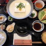豆腐料理専門店 恋美豆腐 雲白 - 豆乳鍋1100円。冬季限定予定だったらしいけど人気なので梅雨までやるらしい。人気なのわかる。