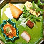 108883958 - 八寸  写真右上から、う巻き、鰻の煮こごり、鰻の燻製、左上から、フカヒレと鰻とズワイ蟹の春巻、鰻とペンネのトマトソース煮