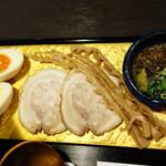 四代目 本田平次郎商店 - チャーシュー・煮玉子・糸島産メンマの他に、薬味として、特製ふりかけ・柚子胡椒・ネギ。