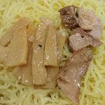 108892395 - らぁめん 北斗 @新橋 焦がしにんにく油 豚骨味噌野菜せいろの黄色い縮れ細麺とつけ汁から取り出したチャーシューとメンマ