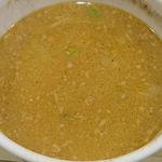 108892414 - らぁめん 北斗 @新橋 焦がしにんにく油 豚骨味噌野菜せいろのつけ汁にスープ割りを入れて頂きました